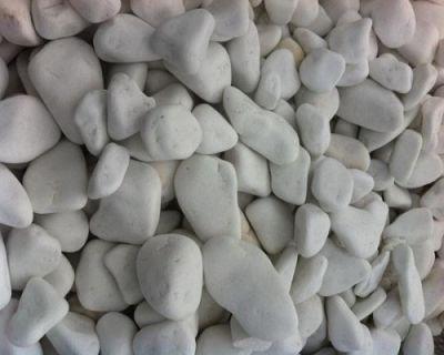 Снежно бели заоблени камъчета и чакъл
